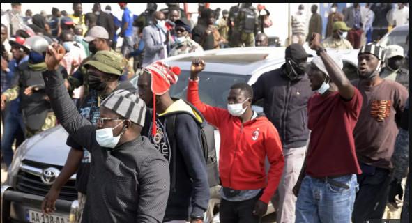 """Tribunal de Dakar: Des manifestants veulent accéder pour """"libérer"""" Ousmane Sonko"""