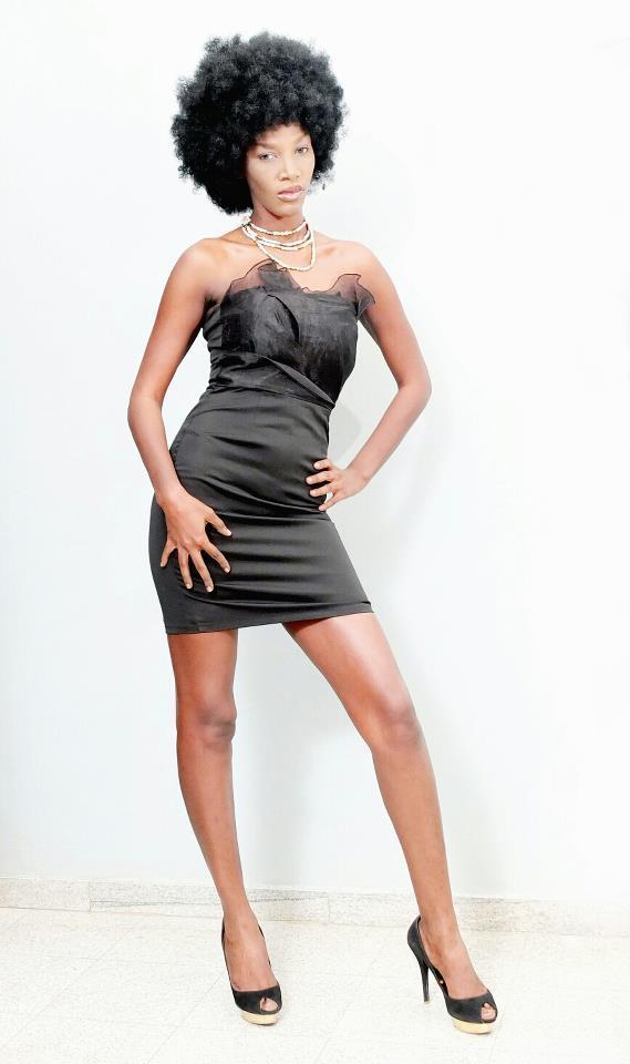 Le mannequin Amina Pouye affriolante avec un style fun!