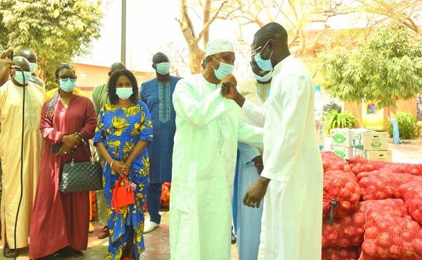 Préparatifs de Pâques : Remise de dons de Mamoudou Wane, 1er adjoint au Maire des P.A. à la communauté catholique