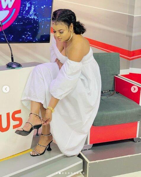 Admirez la robe blanche de Mignonne Jeanne de la Sen Tv, qui met en valeur sa beauté (Photos)