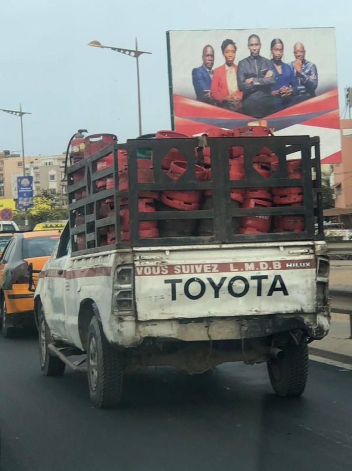 Un véhicule rempli de bonbonnes de gaz Lobbou Mame Diarra Bousso sans rétroviseur, ni plaque d'immatriculation, fait...