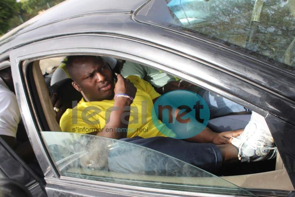 Modou Lô dans son véhicule