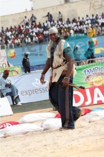 Atteint mystiquement, Tapha Tine soigne ses deux bras maîtrisés par Balla Gaye 2 en Casamance