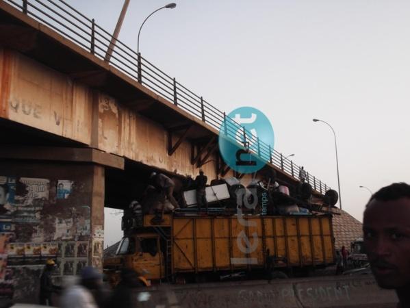 """Regardez! Un camion extrêmement surchargé veut passer sous le """"Pont Sénégal 92"""""""