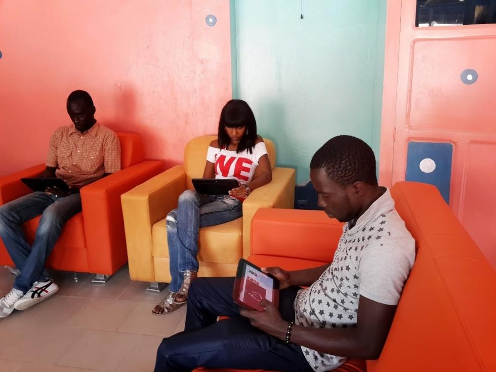 Un cybercafé équipé de tablettes à Dakar : bienvenue au premier Tablette Café au monde ....