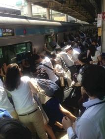 Ils soulèvent un train et sauvent une femme coincée