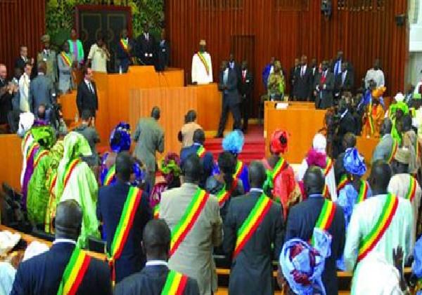 Heurts, disputes et rixes à l'hémicycle: Des députés prennent leur bâton pèlerin