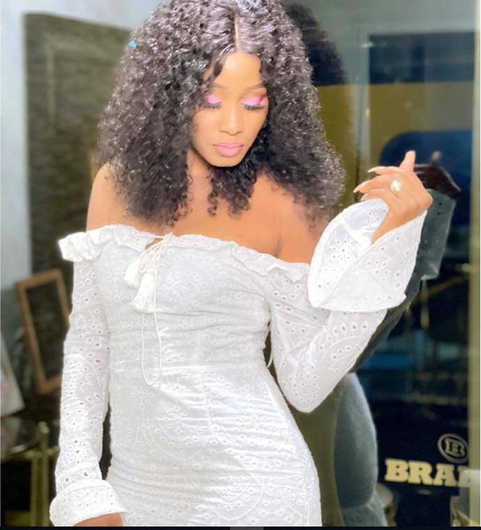 Queen Biz s'affiche sexy en robe blanche et fait jaser les internautes (Photos)