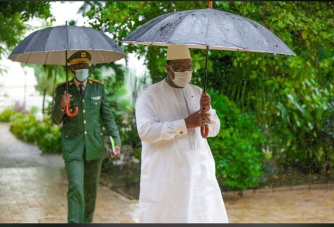 En image: Macky Sall, au palais, sous la pluie avec...