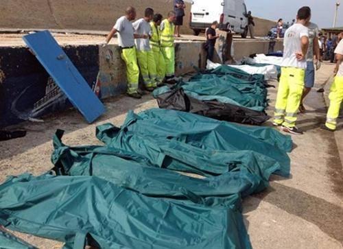 [Photos] Drame de l'immigration au large de Lampedusa: 130 migrants morts dans le naufrage et 200 portés disparus