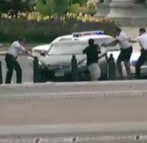 [Vidéo] Une femme tire des coups de feu non loin de la Maison Blanche, la police la poursuit et la tue.