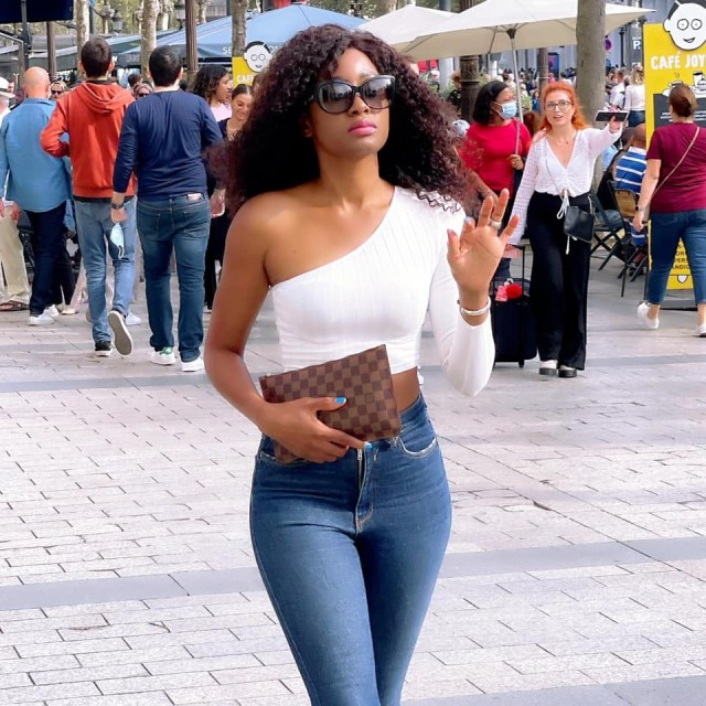 Queen Biz se balade en tenue sexy dans les rues de Paris Champs Elysées(Photos)