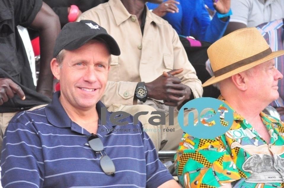Lewis Lukens remet des équipement sportifs à la Fondation Olympafrica
