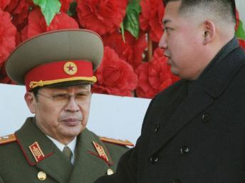 Kim Jong-un, le leader nord-coréen, et son oncle Jang Song-thaek. REUTERS/Kyodo