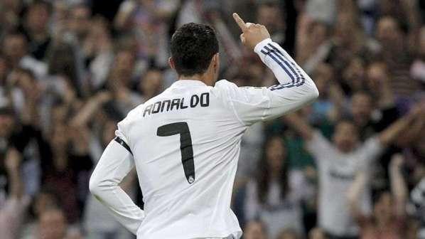 (4) Photos: Cristiano Ronaldo présente son Ballon d'Or à ses coéquipiers du Real Madrid. Regardez