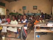 El Hadji Saloum Diakité et l'Ong « L'équipe Voyage de l'Amitié » équipent la bibliothèque de l'Ecole élémentaire Batou Diarra de Tambacounda