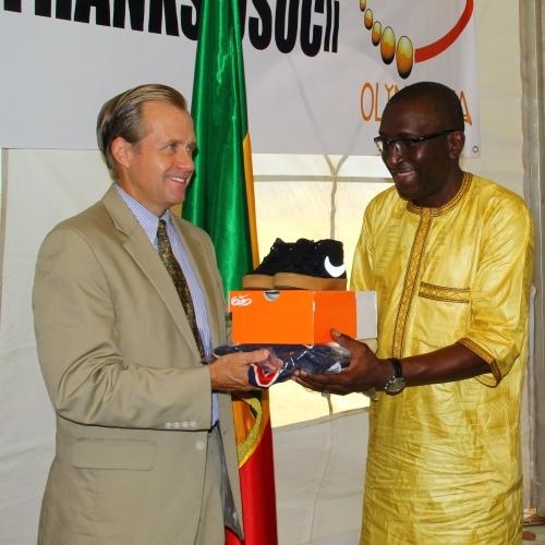 Don du matériel sportif à la fondation OlympAfrica