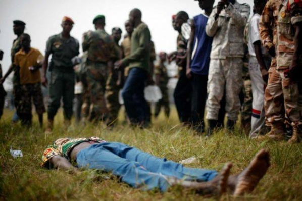 [PHOTOS] Bangui : des soldats lynchent un ex-rebelle présumé (âmes sensibles s'abstenir)