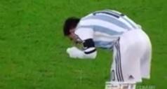 Vidéo: Messi vomit en plein match