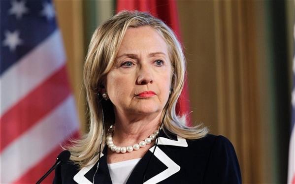 Etats Unis: Une femme lance une chaussure sur Hillary Clinton pendant une conférence