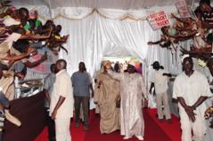Les apéristes se donnent en spectacle devant le Palais