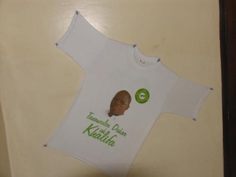 Les tee-shirts à l'effigie de Khalifa Sall se vendent comme de petits pains.