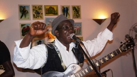 """Vieux Mac Faye, artiste-chanteur : """"Pourquoi Youssou Ndour continue de se planter ; avec le Mbalax, on va droit au mur ; le festival de Jazz de St Louis est un leurre»"""