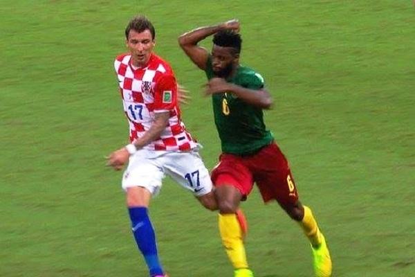 Alexandre Song sanctionné par la FIFA pour son « vilain geste » contre Mario Mandzukic