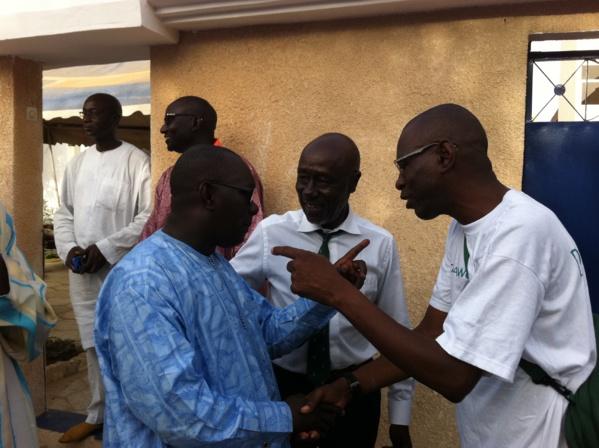 Au siège de Bess Du Niak où il s'est arrêté pour saluer ses amis Tidjane Gueye et le candidat Mame Malick Sy, Pierre Sané discute avec Amadou Kane de l'ONCAV et Tidjane Kane, mandataire de Taxawu Dakar