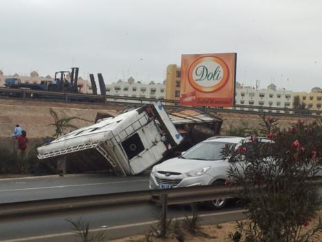 """Accident : Un car """"Ndiaga Ndiaye"""" s'encastre dans le pilier de la passerelle des Mariste"""
