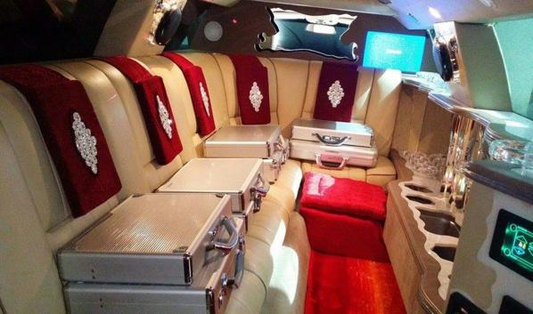 Kara présente sa limousine, « musée mobile »