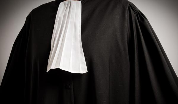 Escroquerie et usurpation de fonction : Un Doctorant, ignorant le Droit international, à la barre