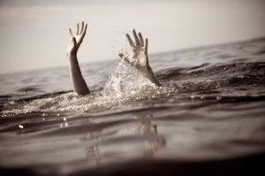 La mer avale deux jeunes, avant de rejeter leurs corps sans vie