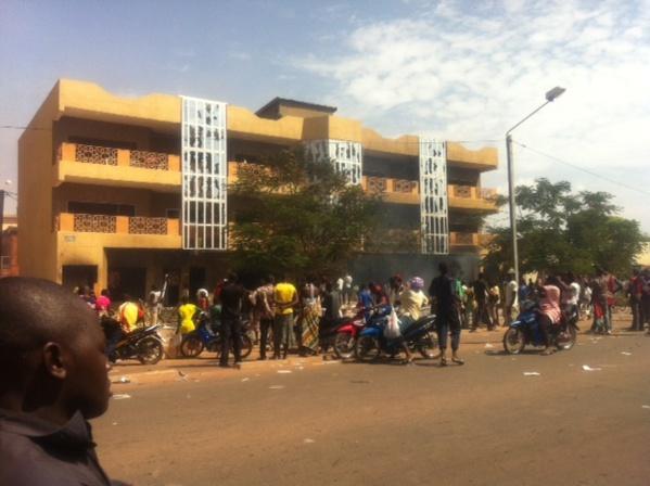 Photo De l'immeuble appartenant au frère du président François incendié par les manifestants