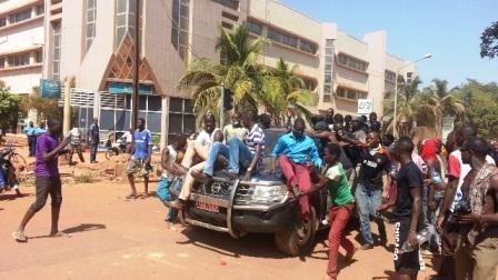 (Photos) BURKINA FASO : les manifestants aux voiture des députés