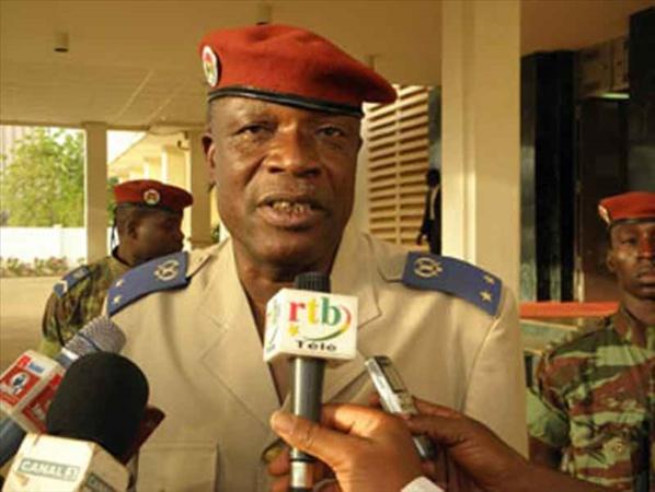 Burkina: un général en retraite, soutenu par des manifestants, rencontre l'état-major des armées (AFP)