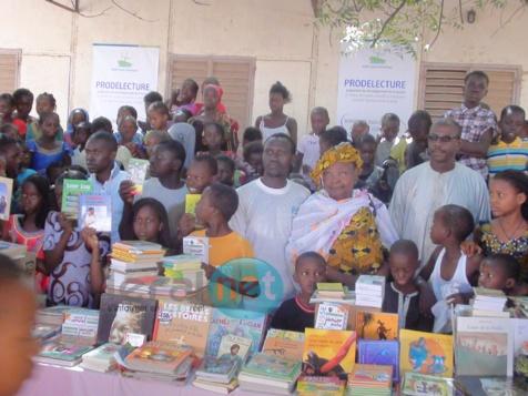 Les images de la réception des lots de livres de l'école Dérklé 2A