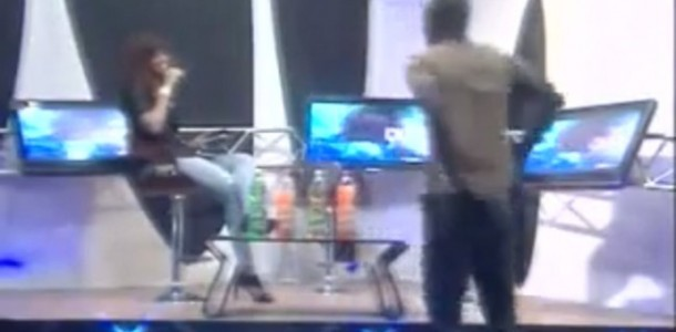 Vidéo: Aba embrasse Ya Awa, et tape sur les fesses de la réalisatrice…