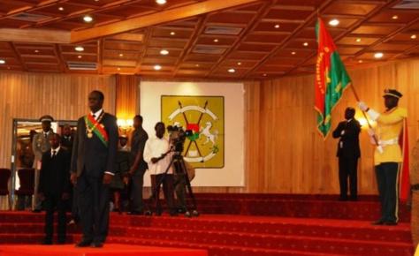 Michel Kafando vient de prêter serment et d'être investi en ses fonctions de Chef de l'Etat et Président du Faso.