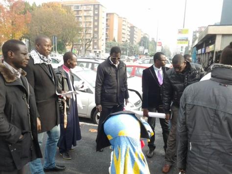 """Photos - En sit-in devant le Consulat du Sénégal à Milan, des pro-Karim dénoncent le régime """"autoritaire"""" de Macky Sall"""