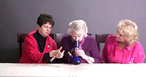 Trois grands-mères fument de l'herbe pour la première fois ! Leurs réactions sont vraiment géniales...