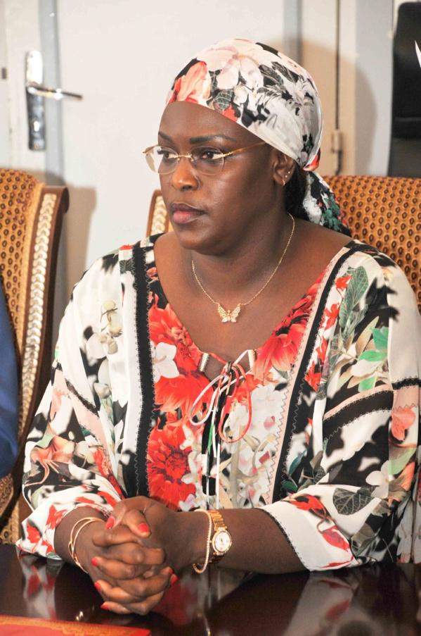La Première Dame offre 25 millions de francs et un millier de draps aux hôpitaux de Dakar