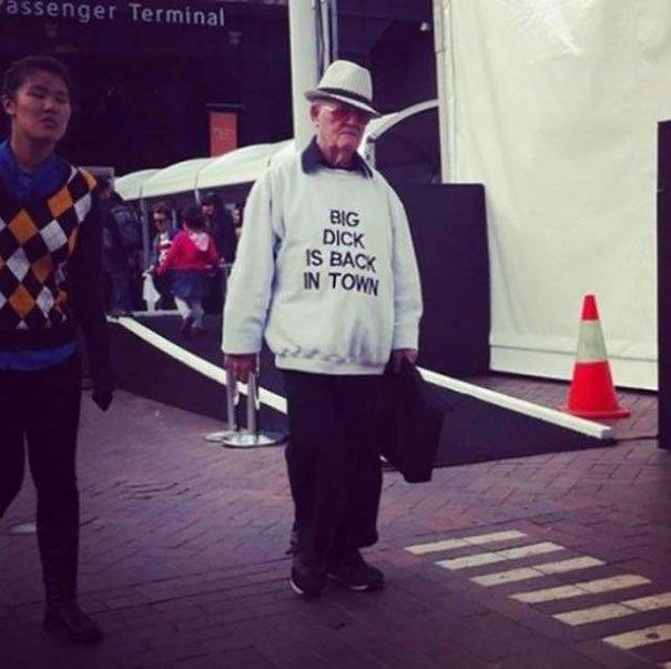 Ces personnes âgées au sens de l'humour gravé sur leur t-shirt
