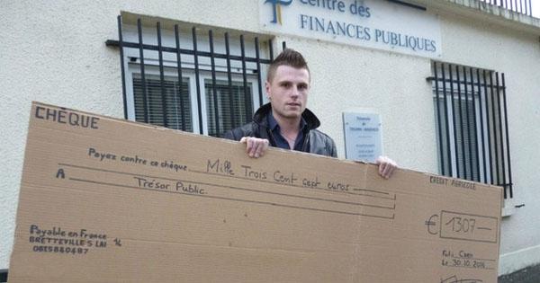 En Normandie, ce jeune homme a payé ses impôts avec un énorme chèque en carton. Ce mec est vraiment trop fort !