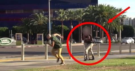 Il se fait arracher son téléphone en pleine rue... Pourtant, les passants viennent en aide au voleur ! Vraiment consternant...