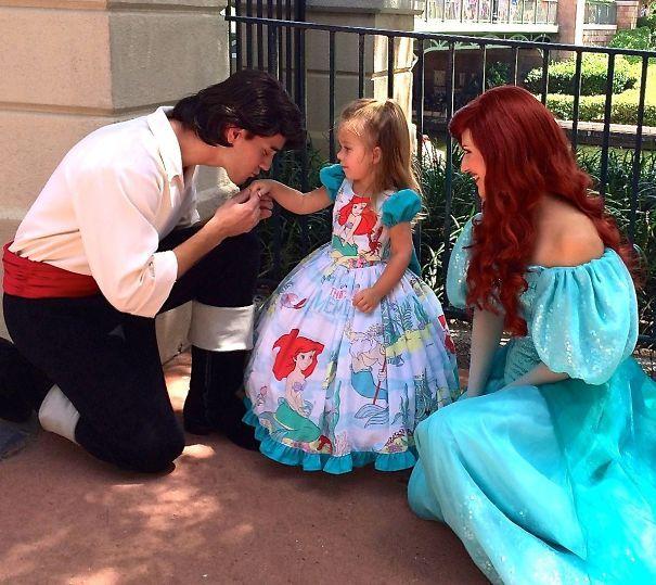 Cette maman a cousu de magnifiques costumes puis a emmené sa fillette à Disney ! Le résultat est génial...