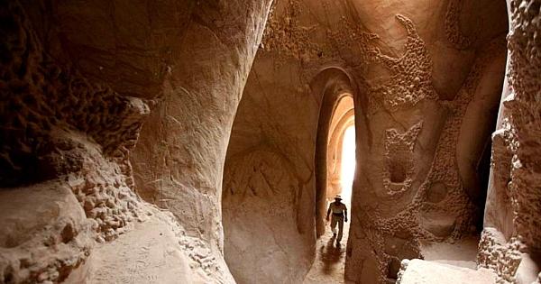 Ce que cet artiste a fait pendant les 15 dernières années dans cette grotte est juste fabuleux ! Vraiment impressionnant...