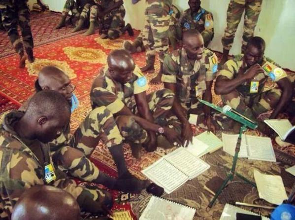 """Des casques bleus sénégalais  lisent les """"Khassaides"""" de Serigne Touba lors du Magal"""