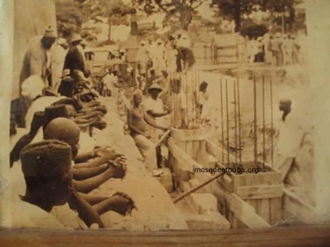 Les ouvriers qui ont participé à la construction de la mosquée avec Cheikh Mouhamed Fadel Mbacké
