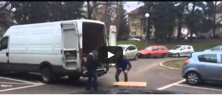 Un livreur se fait tabasser par un client mécontent